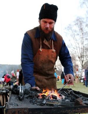 Smeden Michail Örjas drog stor publik när han blåste liv i elden och med hammarens hjälp började forma järnstänger till vackra smidesföremål som han sedan sålde.