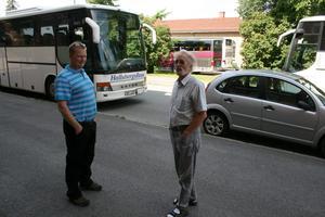 Just nu står busschaufförerna Ove Börjesson och Georg Blomqvist beredda att ta emot tågresenärer som ska vidare mot Töreboda.