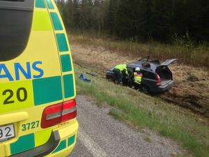 En kvinna satt fast i den dikeskörda bilen. Hon fördes till Östersunds sjukhus.