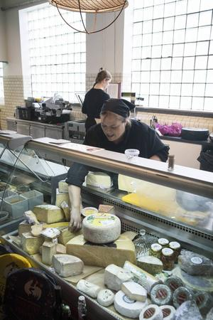 Chark och ost säljs i kyldiskar, här är det Pernilla Hessman som servar kunderna.