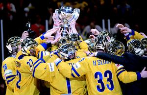 Sveriges Tre Kronor höjer bucklan efter segern i finalen mellan Schweiz och Sverige vid ishockey-VM i Globen i Stockholm. De belönades med 3,1 miljoner kronor av svenska ishockeyförbundet.