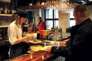 Två restauranger i kommunen har valt att sänka sitt lunchpris som effekt av den lägre momsen. När det gäller nyanställningar, som är regeringens mål, väljer de allra flesta att avvakta.