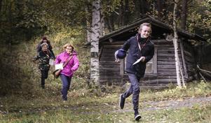 Isak Tronsson, Inger Åhman, Ludvig Paulsson och Ida Bloss från Vallaskolan springer över ett minfält.