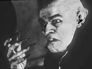 Nosferatu. Stumfilmsklassiker, Willem Dafoe spelar vampyr.