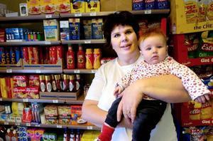 Kompletterar med mat. Nu ska Torsångs café också sälja mat. – Vi har redan byggt upp ett visst sortiment och det är bara en disk för djupfryst som fattas, säger Sara Olsson, här med dottern Helle, 4 månader.