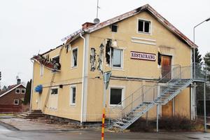 Det har gått flera månader sedan Atlantic i Edsbyn brann. Nu varnar flera Edsby-bor för att någon kan komma till skada eller förolyckas om inget händer. Men enligt husets ägare kommer en rivning att ske när som helst.