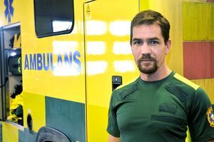 """""""Den som är fordonsansvarig ska varje vecka känna på hjulmuttrarna"""", säger Fredrik Arenstig, chef för ambulansen i Tierp och Skutskär."""