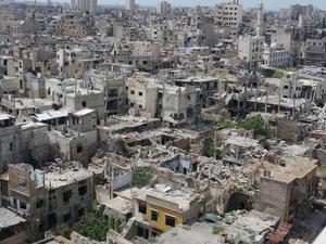 Gamla staden i Homs. Det har gått två år sedan regimen tog tillbaka staden från rebellerna. Minorna som finns kvar gör också återuppbyggnaden svår.