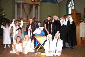 Barn i byn bjöd på julspel.