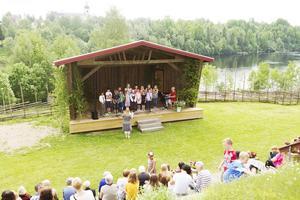 Klockarekören sjön under nationaldagsfirandet i Färila.