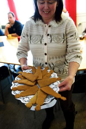 Kia Wigelius på Kulturarvet bjöd på Falujungfru-pepparkakor på första Falujungfrudagen. Foto:Anna Klintasp