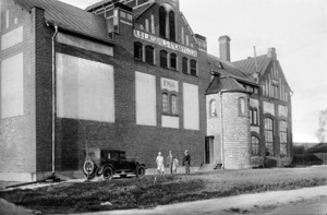 Bryggeriet, som drevs av Ljusdals Ångbryggeri, uppfördes 1906. Bryggeriet var i drift fram till 1956.