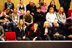 Många vänner och anhöriga till spelarna satt på läktarna och hejade fram sina favoritlag.
