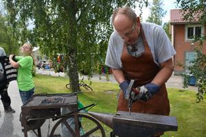 Olika sorters hantverkare samlas i Liden, bland annat smeden Åke Ludvigsson från Viforsen.