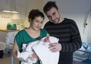 Första barnet ut 2014 föddes 00.03 på Länssjukhuset i Sundsvall. Hon väger 3286 gram, är 49 centimeter lång och heter Omaira. Mamma heter Zhakaw Faeq Ahmed och pappa Heryem Bakhtiar Abdulla.
