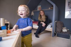 Ettåringen Molle stortrivs i sitt nya rum. Klossarna på lekbordet och det lilla sänghuset verkar vara hans favoritplatser.