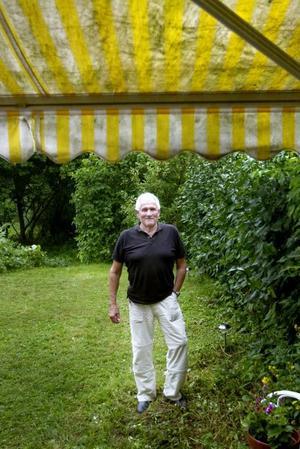 Arnold och Lars Ferm, mer känd som Lars-Inge Svartenbrandt,  lärde känna varandra efter rån- och gisslandramat i Hälsingland 2002.Arnold saknar kompisandan på jobbet, men det var ett arbete med oregelbundna tider som man ofta tog med sig hem. En livsstil, säger han.