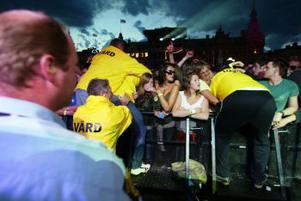Publikvärdarna fick arbeta hårt under Ugglas konsert med att ta hand om avsvimmade personer i publiken.