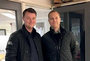 Mäklaren Niklas Sandberg och Jens Bergenström jobbar med att sälja de nya bostadsrätterna, och det verkar inte vara någon tuff match.