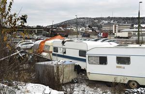 I lägret i hamnen har tiggarna ett 20-tal husvagnar.