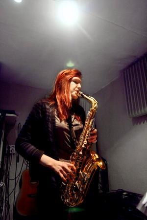 Emma har länge tyckt att saxofon låter häftigt och ser coolt ut, sedan ett och ett halvt år tar hon saxofonlektioner.