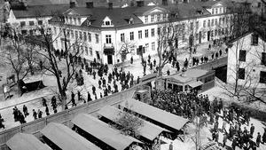 År 1917. Aseaarbetarna går ut genom det som senare skulle heta Mimerporten.