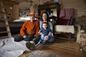 Linus Hougland, Sara Rönnberg och dottern Lo bor utan el och vatten i en renoverad fäbodstuga.