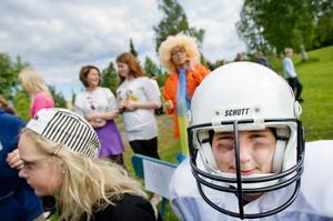 Eleverna turas om att sitta som domare. Här är det Arvid Lindqvist i 8 Grön som sköter tidtagningen under en av matcherna.Foto: Ulrika Andersson