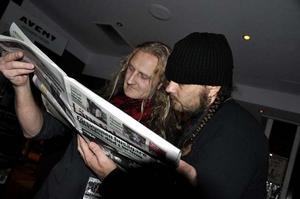 Gitarristen Fredrik Westin och barfotatrummisen Per Soläng läser LT:s recension av nya plattan.