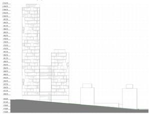 På parkeringen vid gamla polishuset, intill Nygatan mellan Jovisgatan och Gästgivaregatan, vill fastighetsägaren uppföra ett hus med fyra höga torn, ett i vardera hörn av byggnaden. Intill ses först gamla polishuset och sedan tingsrätten där Stora torget är längst till höger i denna genomskärning.