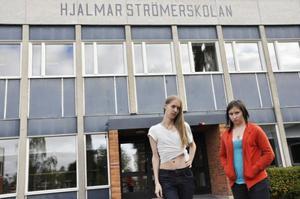 Kristina Espwall och Tim Olsson vid Hjalmar Strömerskolan är kritiska till att skolan måste spara pengar.