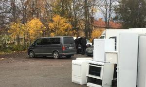 Efter tillslaget bakom restaurangenvisade poliserna ett stort intresse för en bil.