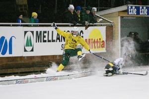 Mycket kamp i matchen. Här är de Kalle Mårtensson som får sig en tryckare.
