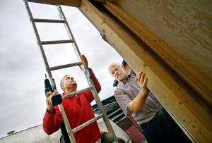 Socialdemokratiska oppositionsrådet Jonas Karlsson i Örebro har tillbringat många timmar med att bygga en ny valstuga tillsammans med sin pappa Lars-Göran som är pensionerad slöjdlärare. – Jag hoppas att stugan känns välkomnande, säger han.