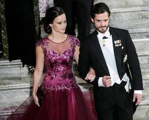 10 december 2014: Sofia Hellqvist och prins Carl Philip anländer till Nobelbanketten i Stadshuset i Stockholm.