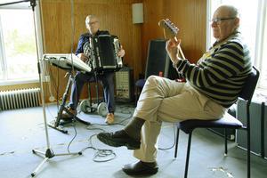 Gösta Strömbom och Urban Rohlin spelade nyare och äldre melodier.