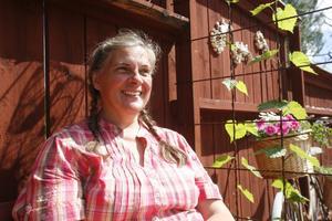 Marie Sundin får mycket energi av att hålla på i trädgården.
