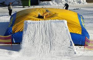 Albin Persson landar i luftkudden efter att ha hoppat. Nu gäller det att ta sig av luftkudden vilket inte är helt lätt när det är så mjukt och med skidor som gärna vill fastna.