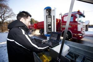 Olyckdrabbad vägsträcka. Trafikpolisen Daniel Dackell installerar en fartkamera vid väg 56, i Stav strax söder om Främlingshem. På den vägsträckan har både allvarliga och mindre allvarliga olyckor inträffat de senaste åren, bland annat en dödsolycka januari 2010 och en i december 2010.