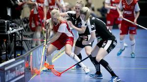 Maria Hellstrand i Telge SIBK med bollen i kvalet mot Kalmarsund.