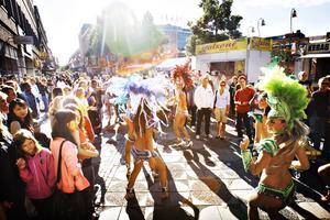 Till heta brasilianska rytmer dansas samba.