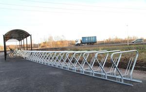 Cykelställ med plats för 60 cyklar finns vid rondellen, 25 platser ligger under tak.
