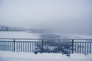 Dimmigt, frostigt broräcke. Kortet är taget på gångbron in mot Östersund, vy över Frösöbron.