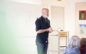 Petrus Dahlin föreläste inför många nyfikan ögon och öron i Ahlbäcksalen på Werner Aspenströmbiblioteket i Smedjebacken.