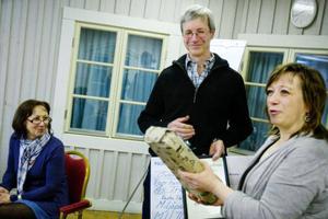 Lars Olsson  på Ås Trädgård tog emot miljö-priset av Karin Thomas-son vid miljöpartiets möte  i Östersund i helgen.