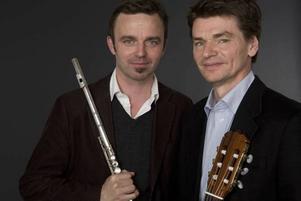 SAMMANSVETSAD DUO. Tobias Carron (flöjt) och Per Skareng (gitarr) ger konsert på Engeltoftas kulturkväll.