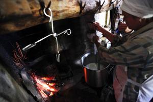 Värmen i huset hålls igång med öppen eld men ostkoket sker på gasol och mjölkmaskinen har också följt med upp till buan.