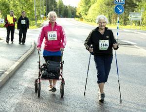 Alice Tjernell, 87 år, tog hjälp av både gåstavar, rollator och Sarah Kettle.