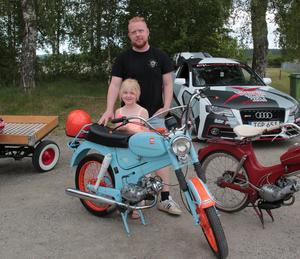Jonas Gävert och dottern Nova visar upp en veteranmoped. En av årets nyheter under cruisingen är en utställning med veteranmopeder.