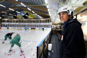 Thomas Lilo överblickar träningen i Klanghallen.